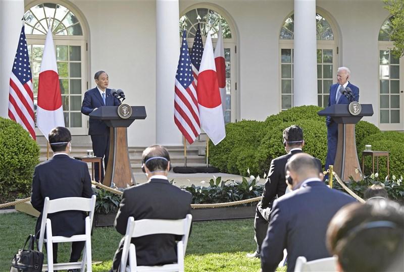 美國總統拜登16日在華府與到訪的日本首相菅義偉舉行峰會,兩國領袖誓言堅定聯手抗衡中國。(共同社)