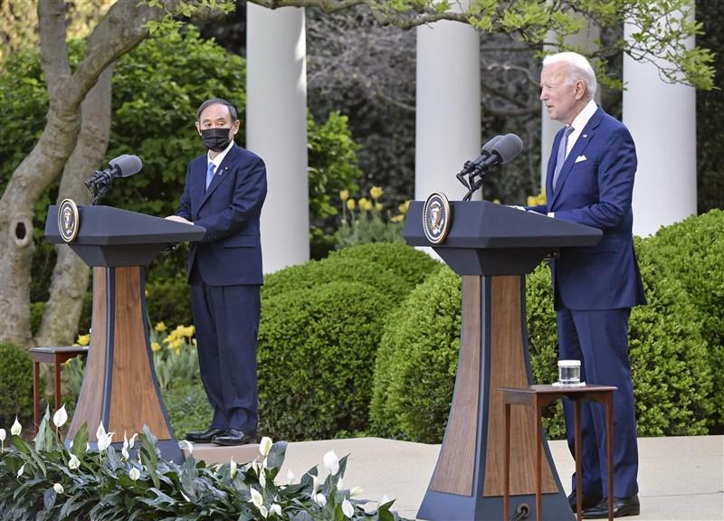 美國總統拜登(右)17日與日本首相菅義偉(左)舉行雙邊領袖峰會。(共同社)