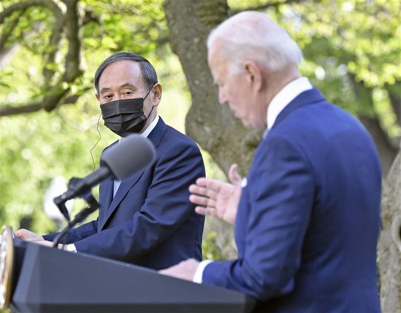 日本首相菅義偉(左)16日告訴美國總統拜登(右),日本將竭盡所能抑制2019冠狀病毒疾病疫情,在今年舉辦一場「安全且讓人安心」的東京奧運。(共同社)