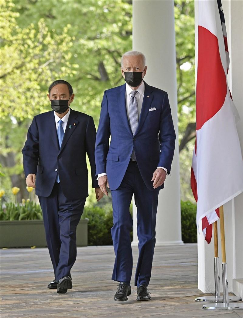 美國總統拜登(右)16日與日本首相菅義偉(左)舉行雙邊領袖峰會。(共同社)