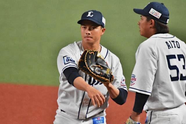日本職棒西武獅隊台灣好手吳念庭(左)17日敲出1支安打、選到2次保送,總共上壘3次。(圖取自facebook.com/NientingWu0607)