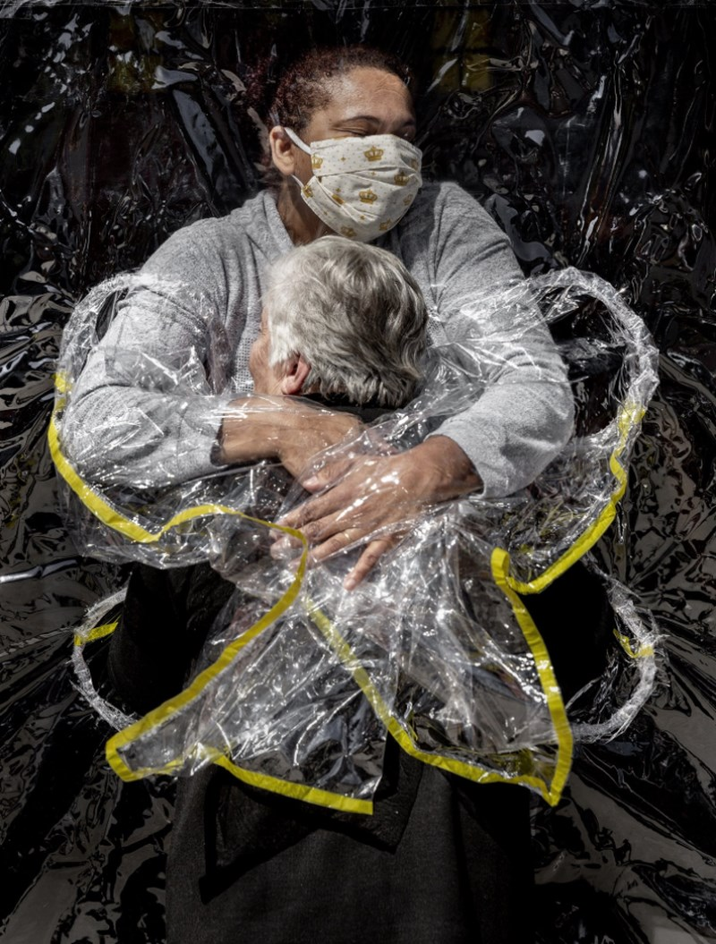 丹麥攝影師尼森以名為「第一個擁抱」的攝影作品,奪得今年年度世界新聞攝影獎。(圖取自World Press Photo網頁worldpressphoto.org)