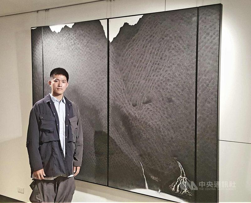 青年藝術創作者陳仕航以「仙山圖」勇奪中山青年藝術獎水墨畫第一名,17日在澎湖展出的「2020中山青年藝術獎巡迴展」中,他鼓勵青年勇於藝術創作,讓藝術發光發亮。中央社 110年4月17日
