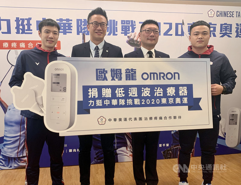 台灣「羽球王子」王子維(左)5月中將前往馬來西亞參加奧運積分賽,日前已完成AZ疫苗接種,但在當地賽前仍得進行5天完全封閉隔離措施,無法出門練球,他17日透露,這應該是這場比賽最大的挑戰。中央社記者龍柏安攝  110年4月17日