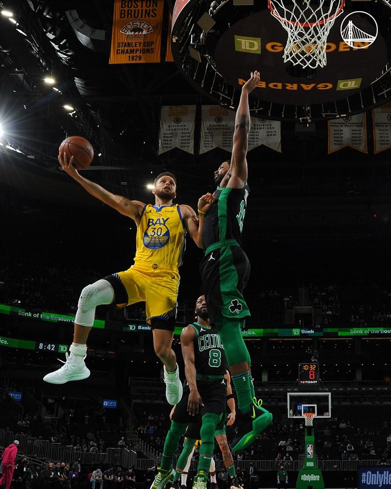 NBA波士頓塞爾蒂克17日迎戰金州勇士,勇士球星柯瑞(左)三分球19投11中,一人獨得47分,塞爾蒂克前鋒塔特姆砍進44分,終場綠衫軍以119比114擊退勇士。(圖取自twitter.com/warriors)