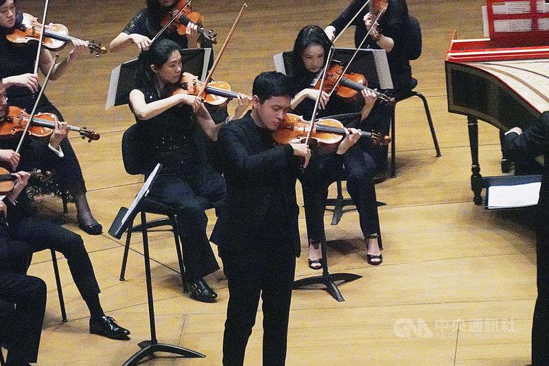 2015年摘下柴可夫斯基國際音樂大賽小提琴組銀獎的小提琴家曾宇謙(前中),18日在高雄衛武營音樂廳舉行「曾宇謙的四季樂章」音樂會,現場座無虛席。他會後表示,疫情影響世界運轉,近期台灣也有許多天災人禍,他認為,透過音樂可以撫慰人心。(牛耳藝術提供)中央社記者趙靜瑜傳真  110年4月18日