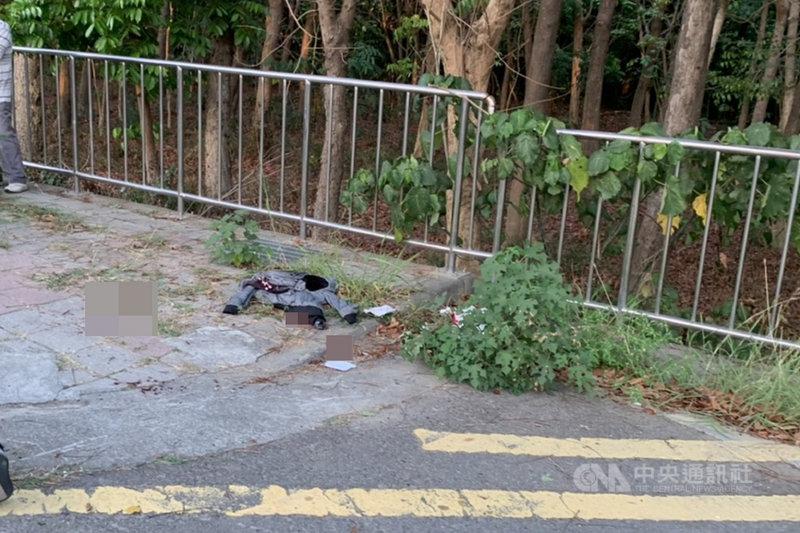 台南市2名男子17日下午在仁德區遭人開車當街攔下砍傷,警方漏夜偵辦後掌握6名嫌疑人,並逮捕其中2人到案,正循線追緝在逃主嫌。圖為案發後現場留有被害人的血跡與衣物。(讀者提供)中央社記者楊思瑞台南傳真 110年4月18日
