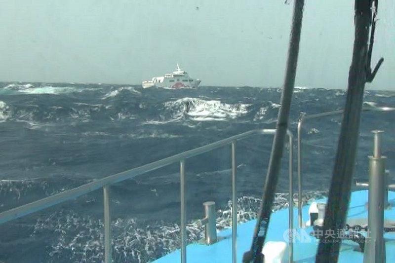 海巡署艦隊分署恆春海巡隊18日上午獲報,一艘搭載123人的客輪因海象惡劣,準備返航時舵機意外故障,海巡隨即調派艦艇馳援,戒護客輪安全返抵碼頭。(恆春海巡隊提供)中央社 110年4月18日