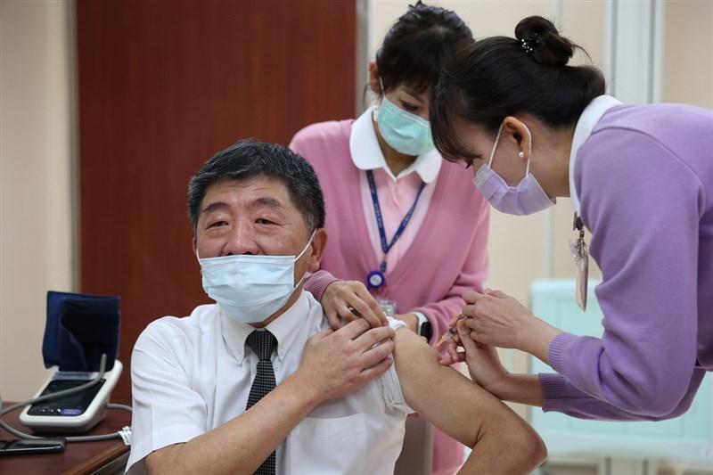 中央流行疫情指揮中心宣布放寬牛津AZ疫苗單瓶接種人數限制,衛福部長陳時中(前左)18日表示,疫苗有效期問題,擔心打不完。圖為3月陳時中帶頭接種AZ疫苗。(疫情指揮中心提供)