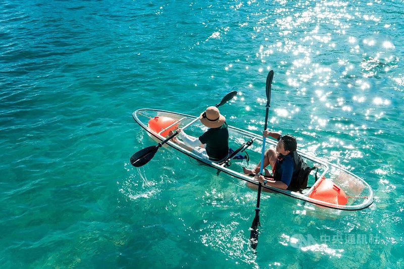 澎湖花火節即將在22日開幕,旅遊業者也精選特色活動給旅客參考,其中透明獨木舟體驗,旅客能拍出彷彿漂浮在水面上的超吸睛照片。(KLOOK提供)中央社記者余曉涵傳真 110年4月18日