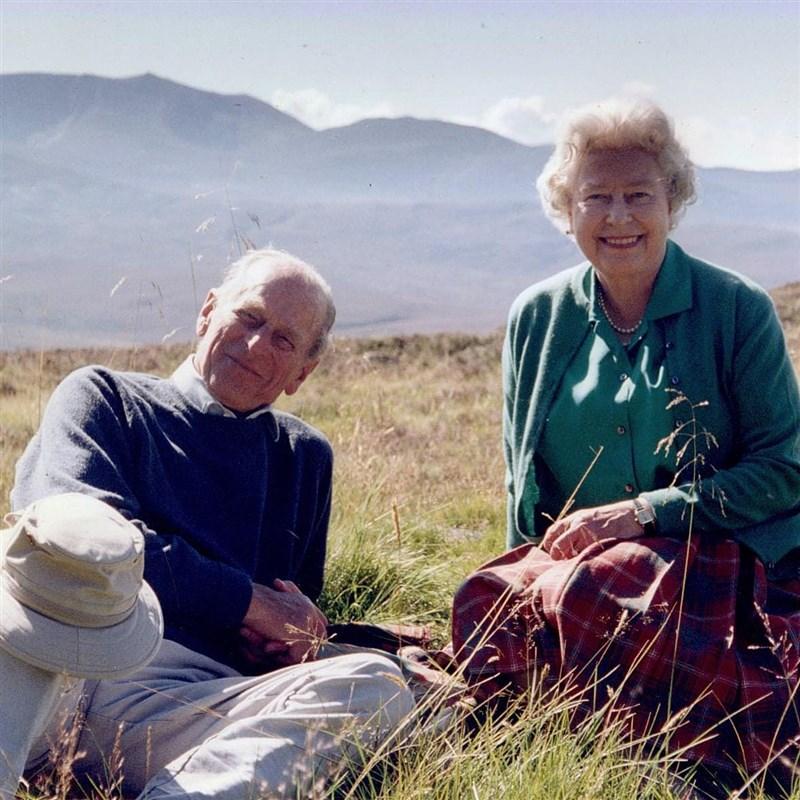 女王伊麗莎白二世先前分享她最愛的一張兩人合照。照片中她與菲立普親王身著便服,沒有王冠也沒有套裝,宛如一對平凡的銀髮老夫婦。(圖取自facebook.com/TheBritishMonarchy)