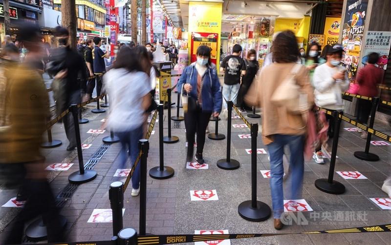 民眾因疫情無法出國讓消費動能留在台灣,經濟部預估零售業首季營業額有望破兆元,年增續寫歷年同季新高。圖為日本零售連鎖店1月21日在台開幕吸引排隊採購人潮。(中央社檔案照片)