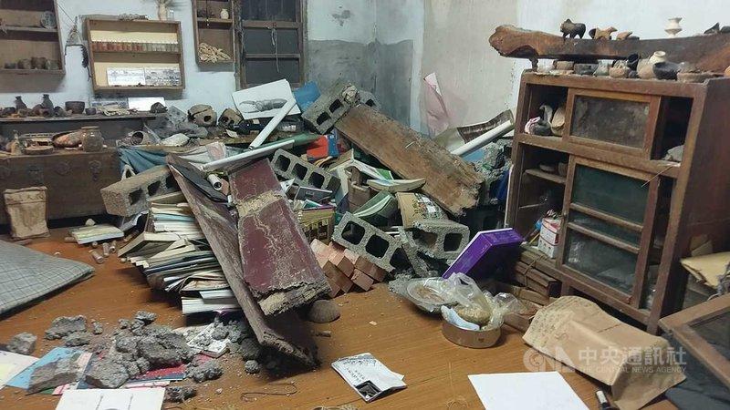 花蓮18日晚間10時許接連發生兩次有感地震,震央在壽豐鄉,壽豐水璉地區連平房內的書櫃都被震倒,一片凌亂。(民眾提供)中央社記者李先鳳傳真 110年4月18日