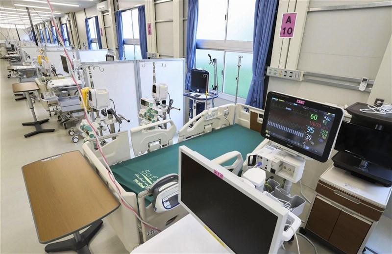 日本政府因應COVID-19疫情,正研擬第3度發布緊急事態宣言,對象地區包括大阪府、東京都與兵庫縣等3都府縣。圖為大阪醫療院所內武漢肺炎重症患者用醫療設施。(共同社)