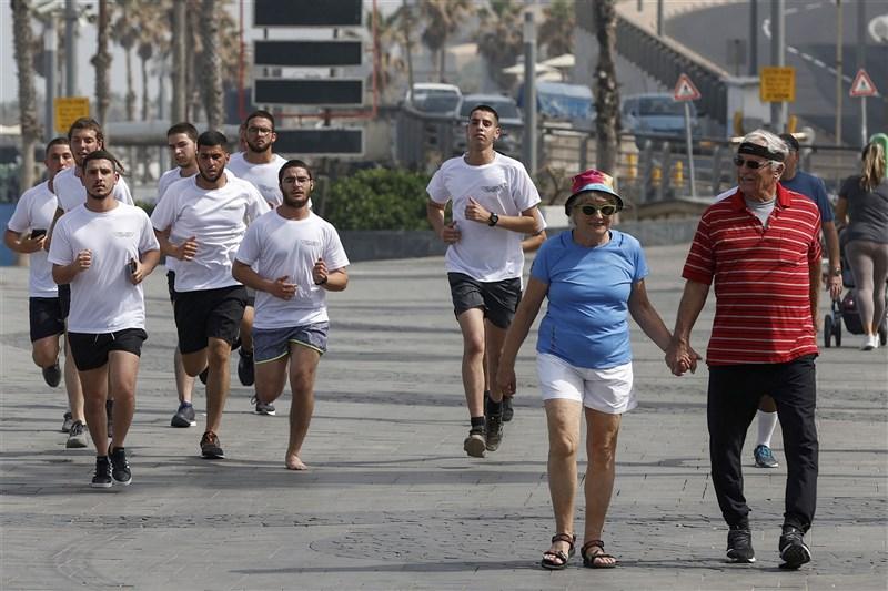 以色列人18日起上街不用戴口罩,這是一年來首見。以色列有近500萬人打疫苗,染疫數量從1月中每天增約1萬例確診降到每天約200例。圖為18日以色列特拉維夫街頭。(法新社)