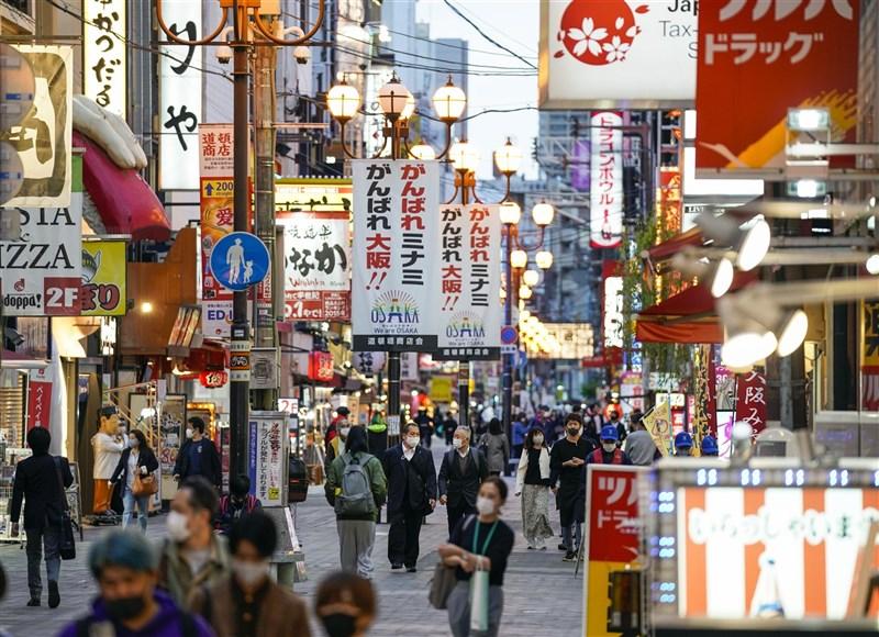 日本18日全境新增4803例確診病例創3月21日以來新高,疫情快速升溫的大阪府已連續5天單日新增逾千例,政府開始思考3度發布緊急事態。圖為大阪市中心14日街頭人潮。(共同社)