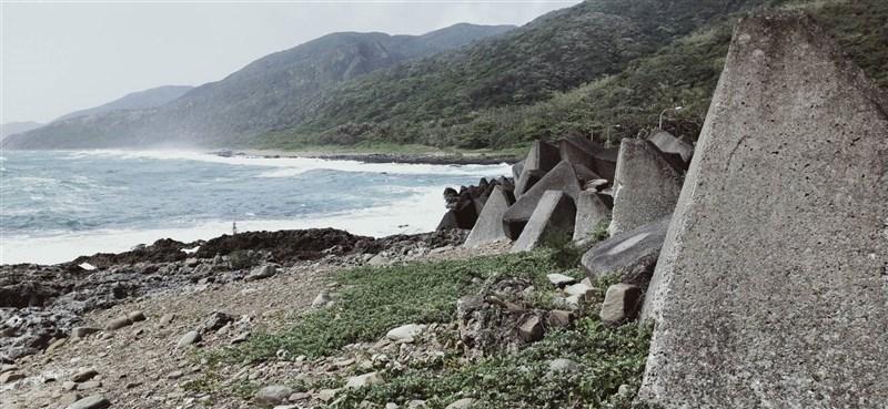 空軍兩架F-5E戰機3月22日空中擦撞墜海,飛官潘穎諄失蹤多日,18日搜救人員在南仁漁港邊礁岩縫發現潘穎諄遺體。空軍司令部表示,對此深表遺憾與不捨,後續將協助家屬辦理治喪事宜。圖為尋獲地點。(民眾提供)中央社記者郭芷瑄傳真 110年4月18日