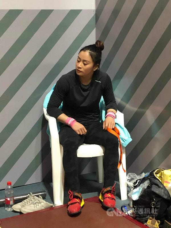 台灣舉重女將方菀靈17日在舉重亞錦賽49公斤級抓舉項目舉起76公斤,而挺舉前2次試舉各舉起95、100公斤,第3次直接挑戰103公斤,正當她準備試舉時,卻突然被質疑腰帶違規,比賽中斷近2分鐘,令她心情大受影響,最終以抓舉76公斤、挺舉100公斤、總和176公斤,第6名作收。(教練陳葦綾提供)中央社記者黃巧雯傳真 110年4月18日