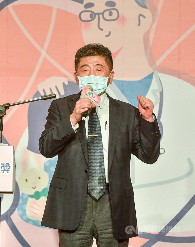 衛福部長陳時中18日應邀擔任第9屆台灣兒童醫療貢獻獎頒獎人,他在頒獎典禮前受訪表示,維持防疫新生活很辛苦,民眾已經出現「防疫疲勞」現象,但仍強調維持防疫新生活有長期需要,防疫人人有責。中央社記者鄭清元攝  110年4月18日