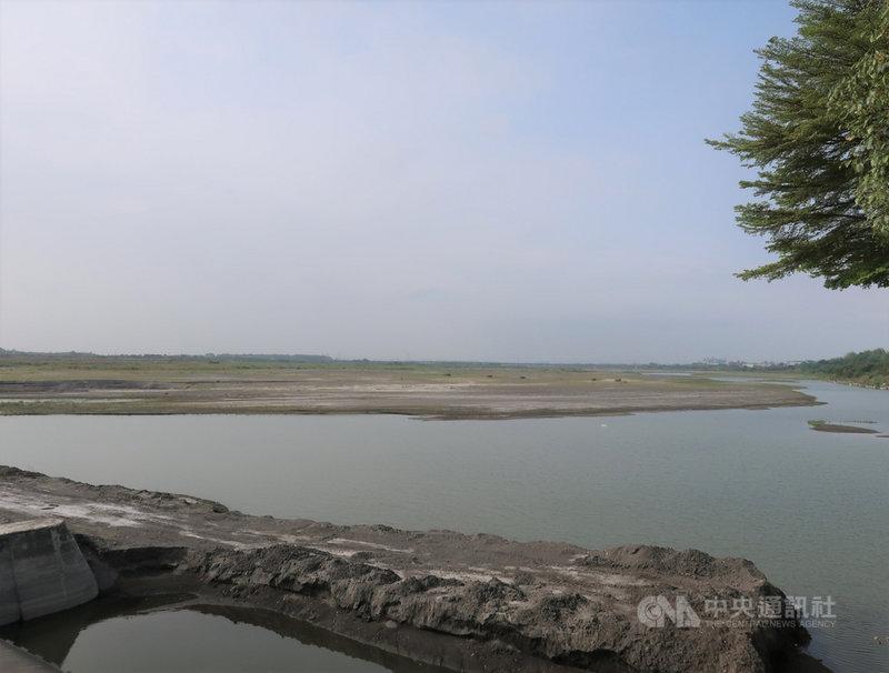 高雄市山區降雨約20毫米,不過對水情助益不大。高雄市的主要供水來自於高屏溪攔河堰,南水局資料顯示,攔河堰19日的川流量每秒3.9立方公尺,持續下滑。中央社記者王淑芬攝 110年4月19日