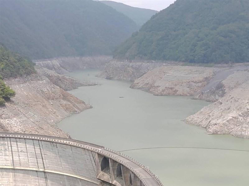 乾旱不雨,台中市和平區德基水庫水位持續下降,兩側山壁都已露出。(民眾提供)中央社記者趙麗妍傳真 110年4月19日