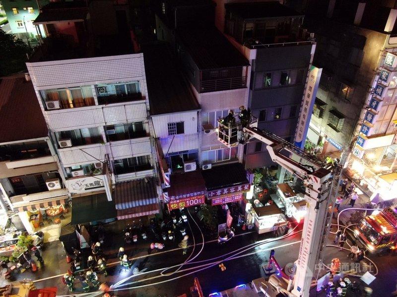 台中市中區一處住宅18日晚間發生火警,消防局到場撲滅火勢並救出3名幼童,但3人送醫後仍傷重不治。(台中市消防局提供)中央社記者蘇木春傳真 110年4月19日