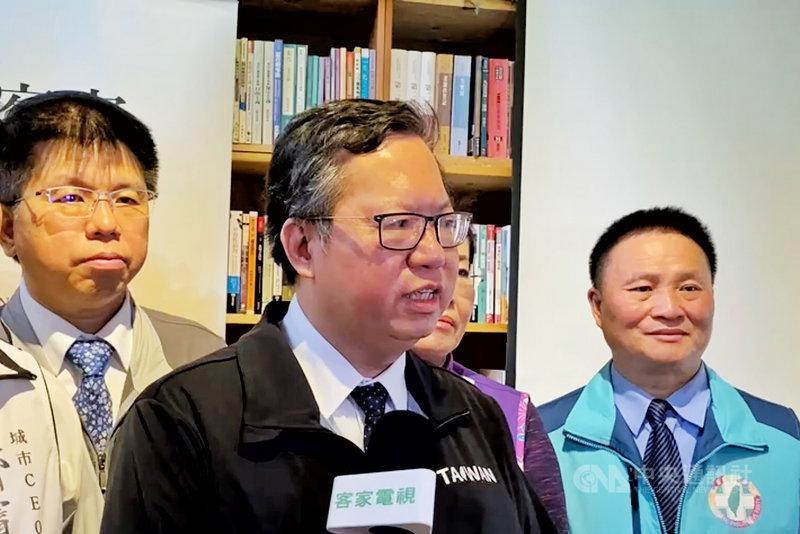 桃園市長鄭文燦(中)19日談及美國對台灣軍售表示,除非放棄國防、不要武器,繼續用50年前裝備,否則台灣還是需要在國防更新、自主。中央社記者吳睿騏桃園攝 110年4月19日