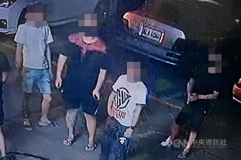 台南市歸仁警分局19日宣布偵破發生於17日下午的2名男子當街遭砍傷案,6名嫌疑人及3輛作案用車輛陸續到案。(讀者提供)中央社記者楊思瑞台南傳真  110年4月19日