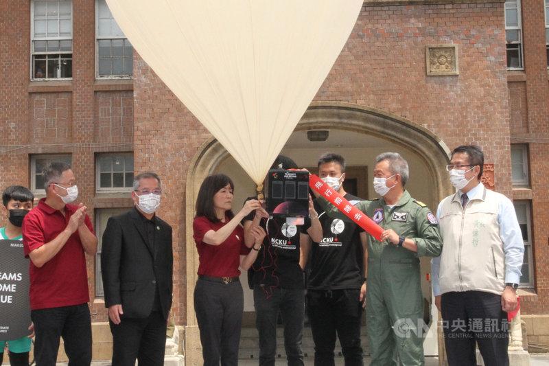 國立成功大學19日舉辦110年全大運聖火升空典禮,由校長蘇慧貞(前左3)將電子聖火搭載於探空氣球後升空。中央社記者楊思瑞攝 110年4月19日