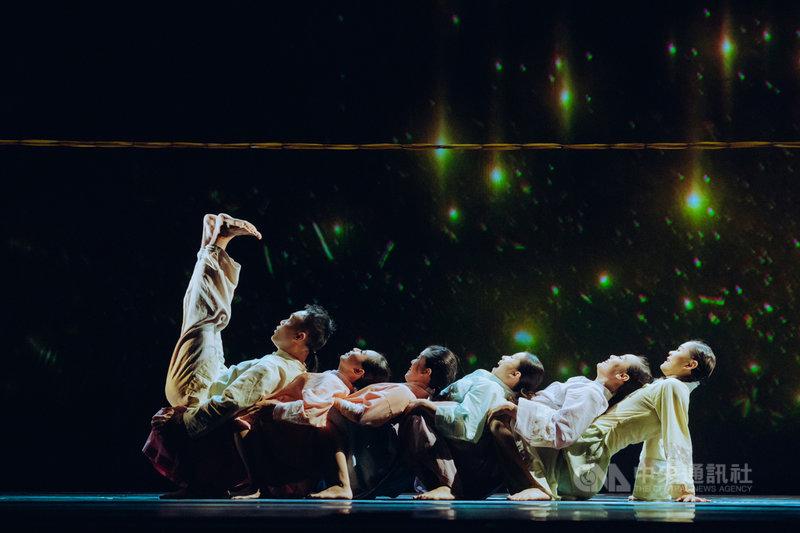 編舞家華碧玉編導台灣歌謠輕舞劇「不被遺忘的故事-天光」,結合歌唱、戲劇與舞蹈,用古早味訴說台灣人的故事。(玉舞蹈劇場提供)中央社記者趙靜瑜傳真  110年4月19日