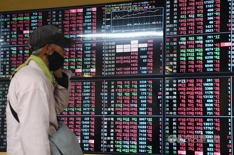 台股19日電子股休息,盤中資金比重罕見掉至45%,傳產則再度向上攻堅,又以鋼鐵、航運表現最強。(中央社檔案照片)