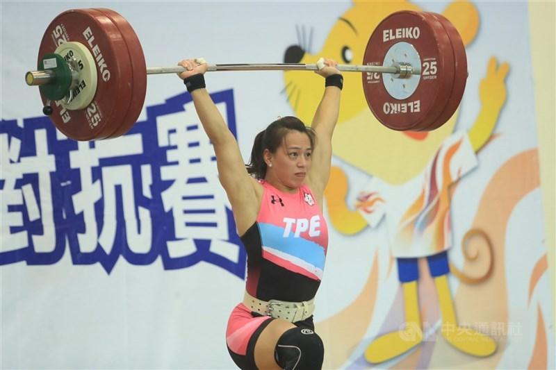 郭婞淳19日晚間在亞洲舉重錦標賽女子59公斤級,挺舉137公斤摘金,抓舉110公斤、總和247公斤雙破世界紀錄,合計獲得3面金牌。圖為郭婞淳2020年在模擬東京奧運對抗賽中出賽時的英姿。(中央社檔案照片)