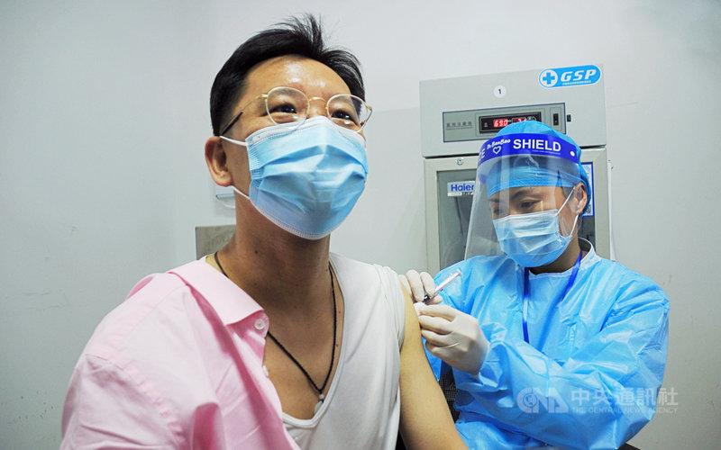 上海19日起免費為當地台人施打COVID-19疫苗。中國大陸台商組織「全國台灣同胞投資企業聯誼會」會長李政宏當天上午在嘉定區率先接種。中央社記者沈朋達上海攝 110年4月19日