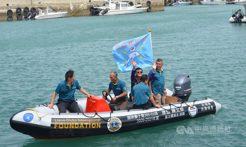 國際獅子會300-D2於19日捐贈一艘救生艇給澎湖縣救難協會,並擲吉下水操演。中央社 110年4月19日