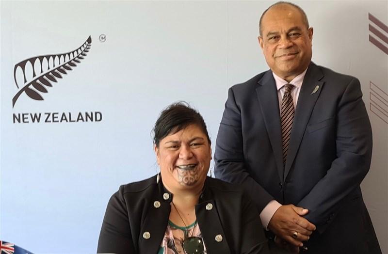 紐西蘭外交部長馬胡塔(左)19日在威靈頓就紐、中關係發表演說。她比喻兩國像是「龍和塔尼瓦水精靈」一樣,有時候難免意見不合。(圖取自twitter.com/NanaiaMahuta)