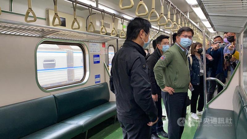 台鐵太魯閣號事故地點清水隧道19日修復完成通車,即將卸任的交通部長林佳龍(前左2)一早搭乘首班區間車宣示安全。中央社記者李先鳳攝 110年4月19日