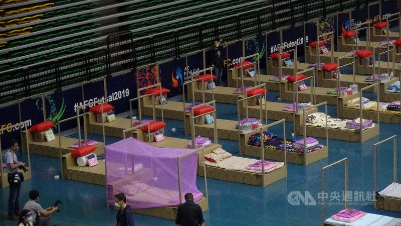 泰國爆發第三波疫情,曼谷市政府將曼谷市體育場改建為臨時醫院,提供床位收治輕到中症的新型冠狀病毒患者。照片攝於17日。中央社記者呂欣憓曼谷攝 110年4月19日