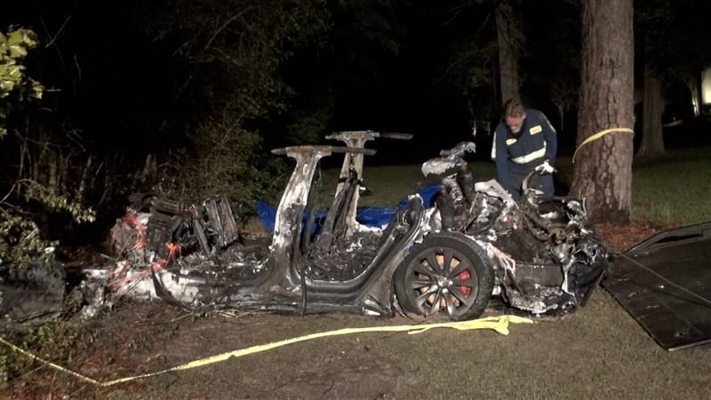 美國德州17日晚間發生特斯拉汽車衝撞路樹事故,造成2人身亡,據信事發當時駕駛座上並無人在操控。(圖取自twitter.com/MattKHOU)