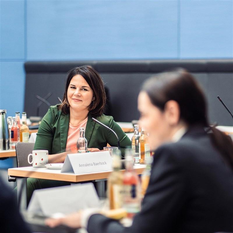 德國在野黨綠黨19日提名共同主席貝爾伯克(後),作為9月大選的總理候選人,向現任總理梅克爾所屬的保守派下戰帖。(圖取自facebook.com/abaerbock)