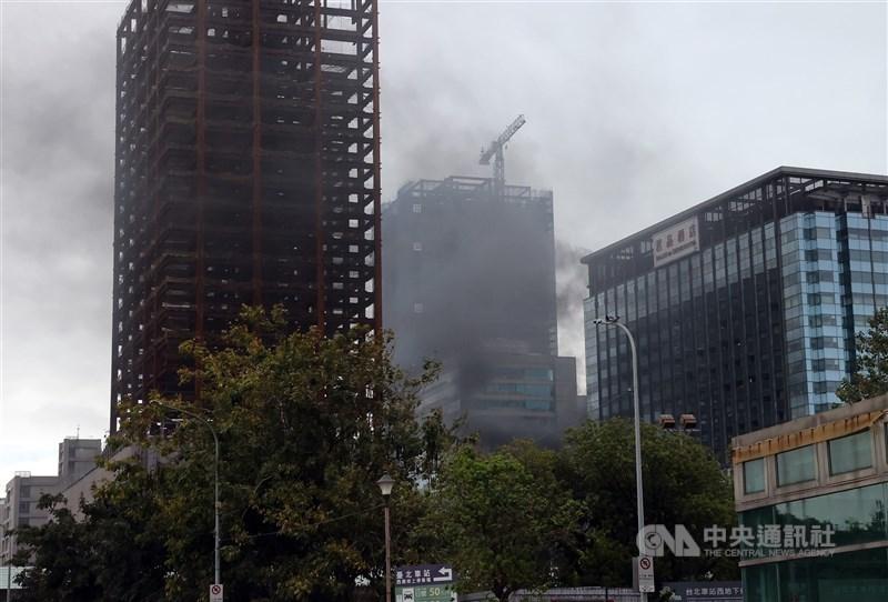 台北市承德路君品酒店靠近京站大樓外19日發生火警,警消獲報立即出動大批人力趕赴現場救援,大樓冒出陣陣濃煙。中央社記者鄭傑文攝 110年4月19日