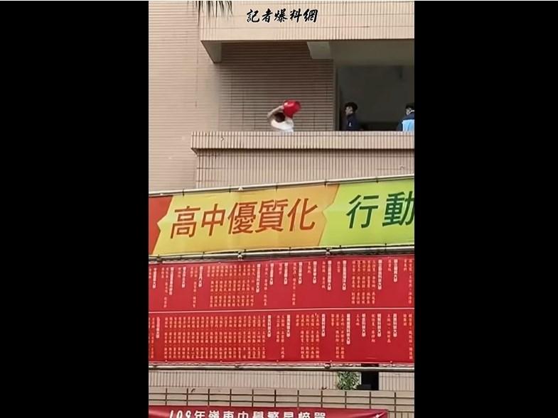 台中市嶺東中學傳出校園暴力,有學生遭兩名學生分別以水桶猛砸、手肘痛毆。校方表示,將依照校規處理。(圖取自記者爆料網YouTube頻道網頁youtube.com)
