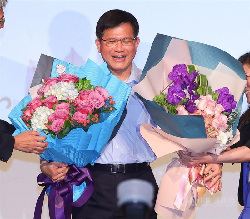 即將卸任的交通部長林佳龍(圖)19日出席交通部為他舉辦的感恩惜別會,不少同仁獻花致意。中央社記者謝佳璋攝 110年4月19日