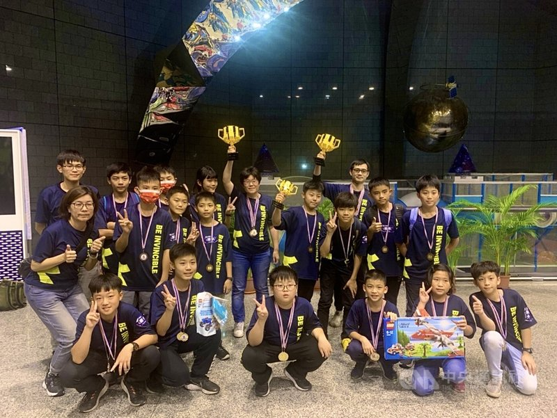高雄市林園國小團隊在2020-2021 FIRST機器人台灣選拔賽以「No Turning Back健身房」為題設計新穎健身方式,勇奪台灣總冠軍,將第5度代表台灣參加在希臘舉辦的線上國際賽。(高市教育局提供)中央社記者王淑芬傳真 110年4月20日
