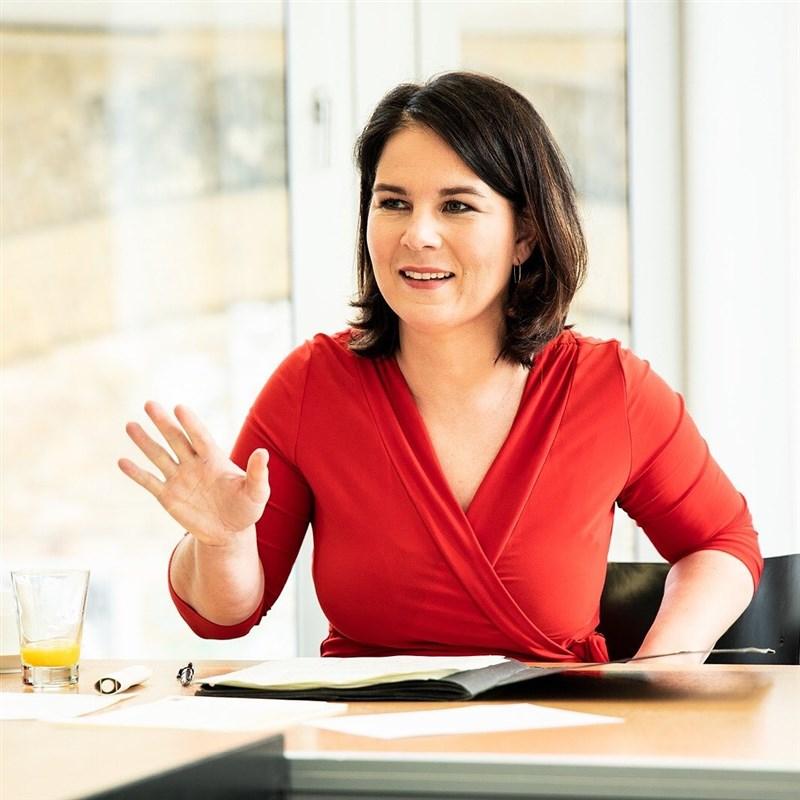在德國支持率第二的綠黨19日提名貝爾伯克為總理候選人,她將領導這個左傾生態主義政黨參與9月26日大選。(圖取自instagram.com/abaerbock)