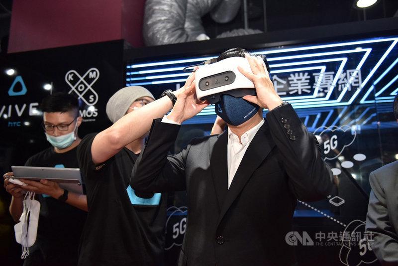 高雄市長陳其邁(右)20日出席全台首座5G獨立組網專網暨邊緣雲VR場域啟用記者會,並戴上頭罩體驗最新5G 企業專網專頻雲端體感娛樂。中央社記者董俊志攝 110年4月20日