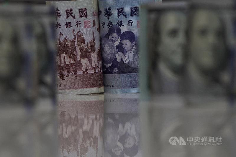 近期國際美元走軟,加上台股持續攻高,新台幣升值氣焰再起,不只匯價連5升,20日收盤收28.138元,升值6.7分,創下近24年新高。中央社記者徐肇昌攝 110年4月20日