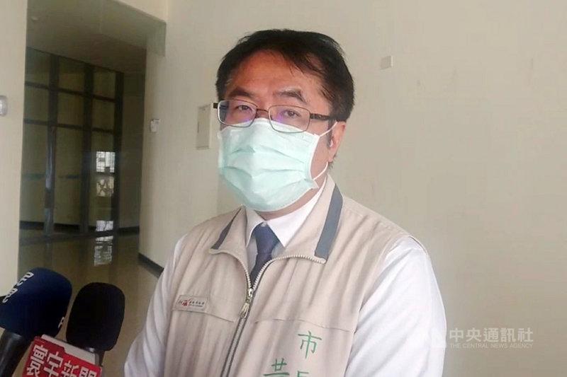 台南市長黃偉哲(圖)20日上午接受媒體聯訪時表示,希望以進一步減壓供水與推出百萬節水獎金鼓勵的方式,避免台南進入供5停2的限水階段。中央社記者楊思瑞攝  110年4月20日