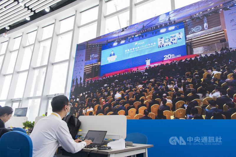 博鰲亞洲論壇2021年年會開幕式20日在海南省博鰲舉行。圖為媒體記者、工作人員在年會新聞中心觀看開幕式。(中新社提供)中央社  110年4月20日