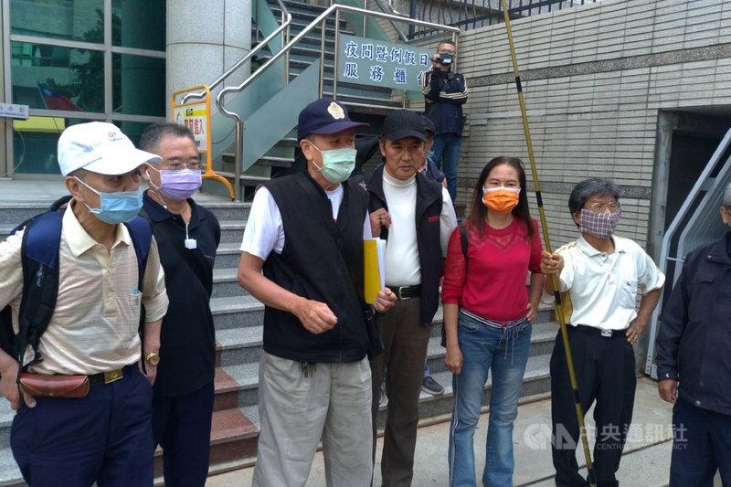 68歲的退休員警莫伯強(左3)提告指控,110年3月13日到台南市棒球場外向總統蔡英文陳情時,遭警方非法逮捕與傷害,莫伯強20日在多名聲援人士陪同下到台南地檢署出庭。中央社記者楊思瑞攝  110年4月20日