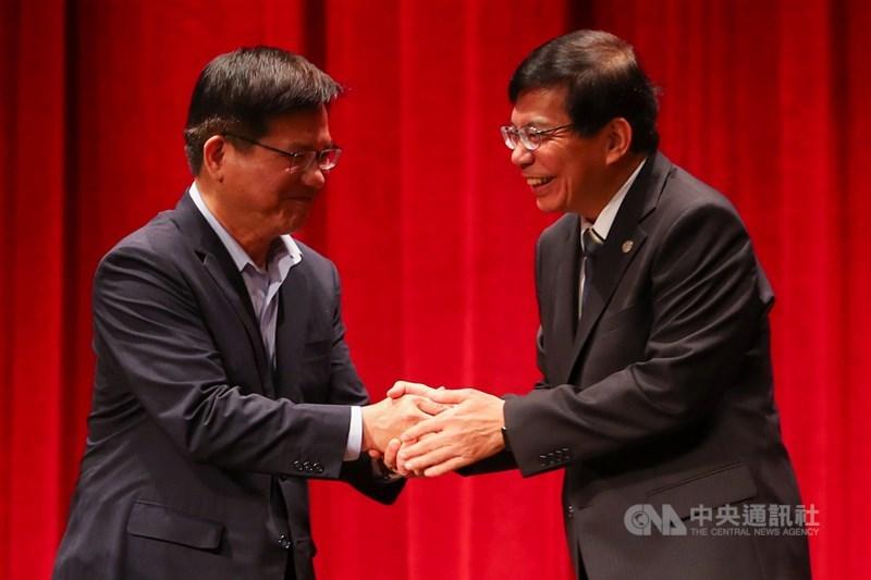 交通部20日舉行部長交接典禮,卸任部長林佳龍(左)與新任部長王國材(右)握手致意。中央社記者王騰毅攝 110年4月20日